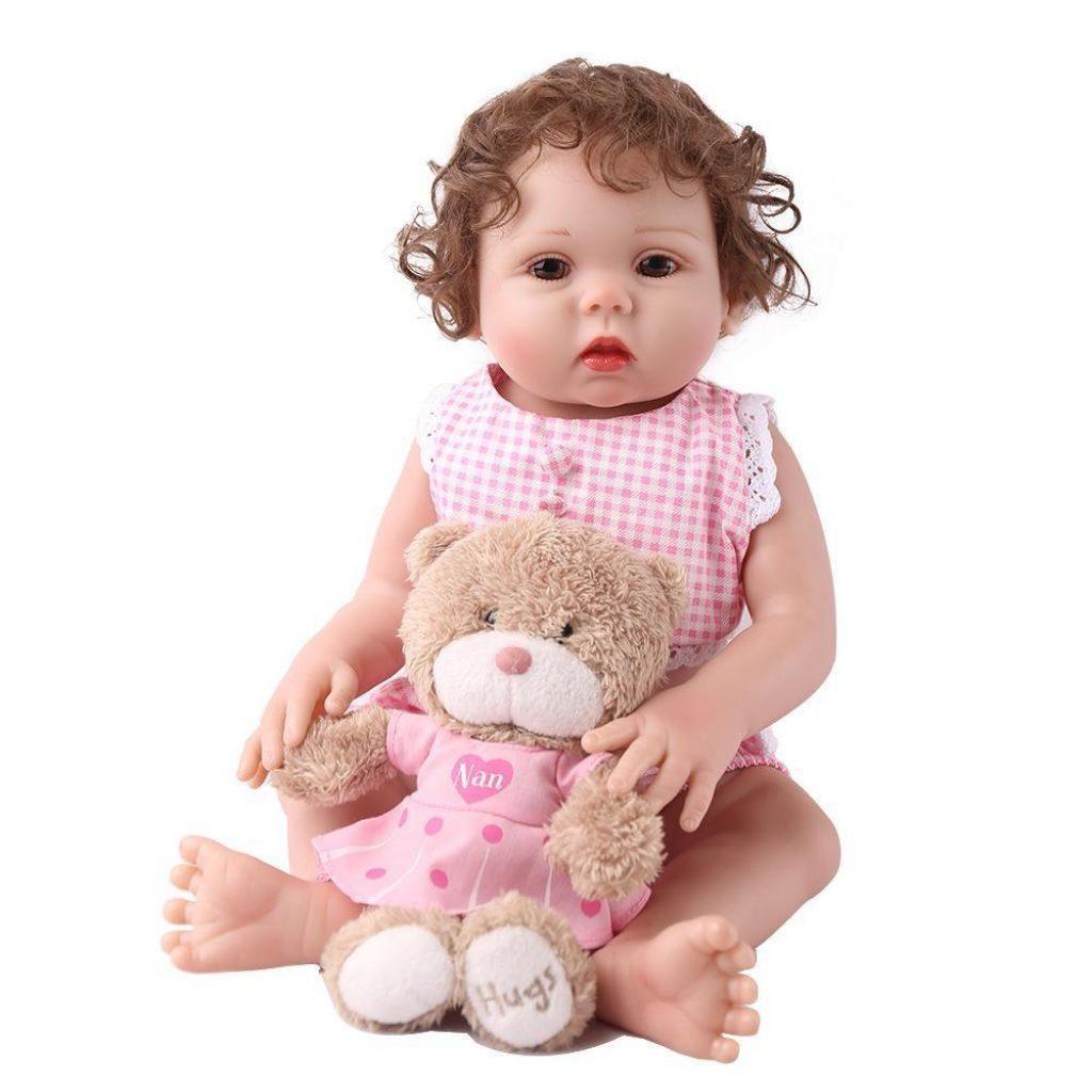 La poupée reborn Louise est en silicone et vinyle.