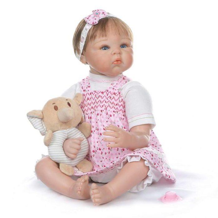 La poupée reborn Enola a une peluche avec une tête d'éléphant.