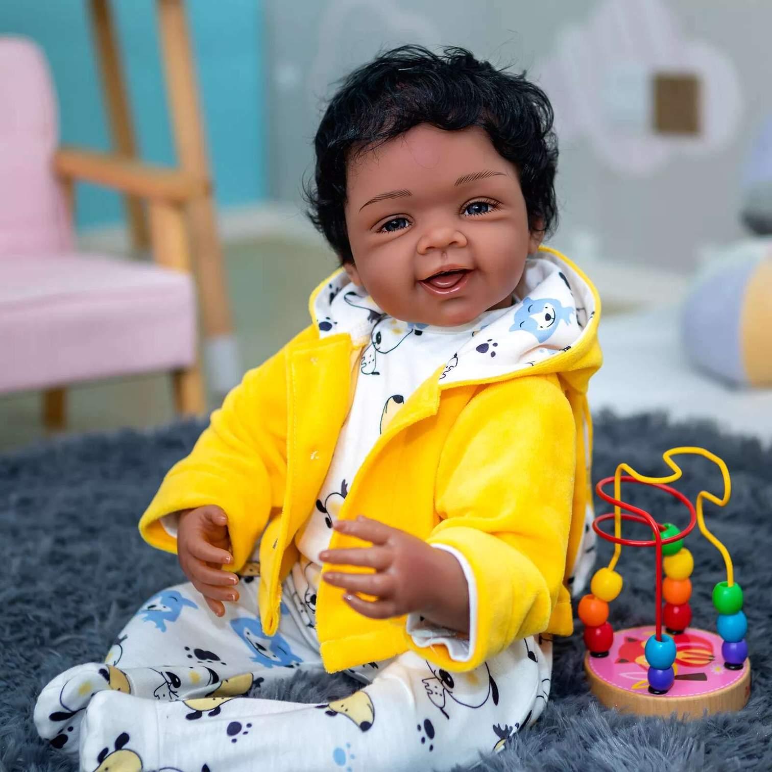 Le poupon reborn Adel a une veste jaune.