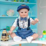 Tristan est un bébé reborn garçon qui porte une casquette.